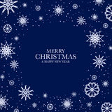Blå julbakgrund med vita snöflingor Fotografering för Bildbyråer