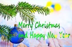 Blå julboll med glad jul för text arkivbild