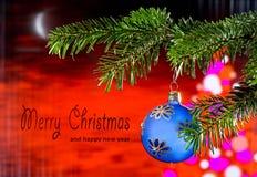 Blå julboll med glad jul för text arkivfoto