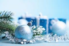 Blå julgåvor och garnering royaltyfri fotografi