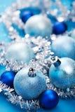 blå julgarnering arkivbilder