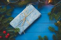 Blå julklapp på blåa bräden Royaltyfri Foto