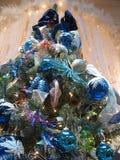 blå jultreewhite Arkivbild
