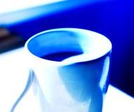 blå kaffekopp för bakgrund Arkivfoto