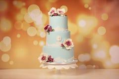 Blå kaka med rosor Royaltyfri Foto