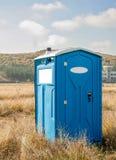 Blå kemisk toalett Arkivbilder