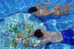 blå klar undervattens- parpölsimning arkivfoton