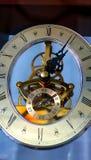 Blå klocka för gammal tappningvägg royaltyfria foton