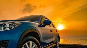 Blå kompakt SUV bil med sporten och den moderna designen som parkeras på conc royaltyfria bilder