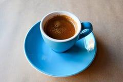 Bl? kopp av parfymerat espressokaffe royaltyfria bilder