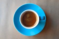 Bl? kopp av parfymerat espressokaffe i morgonen arkivfoton