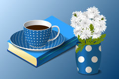 Blå kopp, vas och bok Arkivfoton
