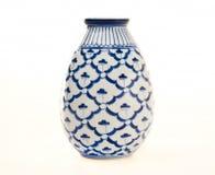 blå krukmakerivasewhite Royaltyfria Bilder