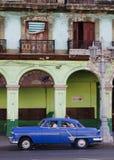 Blå kubansk bil framme av byggnad Arkivbild