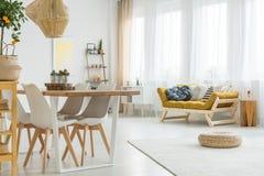 Blå kudde på en senapsgult soffa arkivbild