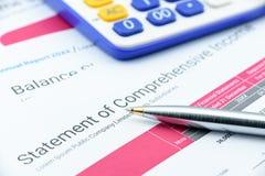 Blå kulspetspenna på ett företags meddelande av omfattande inkomst Arkivfoto