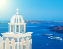 Blå kupol av den berömda kyrkan i Santorini med sikt på caldera och kryssningskeppen royaltyfri bild