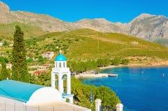 Blå kupol av den grekiska kyrkan på öar, Grekland Royaltyfria Bilder