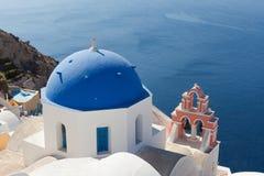 Blå kupol och kyrkliga klockor, Santorini Arkivfoto
