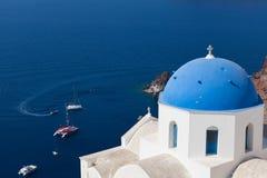 Blå kupol och kyrkliga klockor, Santorini Arkivfoton