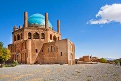 Blå kupolformig forntida byggnad av mausoleumkupolen av Soltaniyeh under den klara himlen arkivfoto