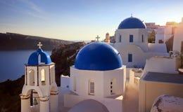 Blå kupolkyrka av härliga Oia arkivbilder