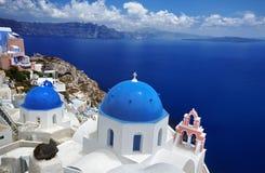 Blå kupolkyrka av härliga Oia i den grekiska ön av Santorini, arkivbild