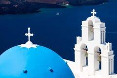 Blå kupolkyrka Santorini Grekland Royaltyfria Foton