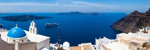 Blå kupolkyrka Santorini Grekland Royaltyfri Fotografi