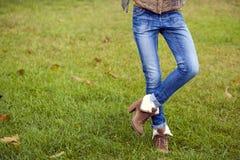 Blå kvinnlig jeans arkivbilder