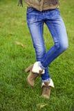 Blå kvinnlig jeans royaltyfri bild