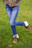 Blå kvinnlig jeans royaltyfri foto