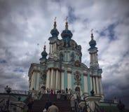 Blå kyrka i himlen Arkivfoto