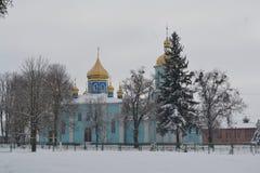 Blå kyrka med gula kupoler i vinter royaltyfri fotografi