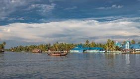 Blå kyrka med husbåtar royaltyfria bilder