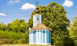 blå kyrka nära Szalka, Ungern royaltyfria bilder