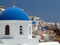 Blå kyrklig kupol, Santorini, Grekland Arkivbilder