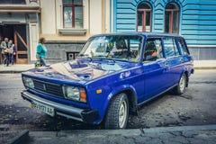 Blå Lada bil royaltyfria foton