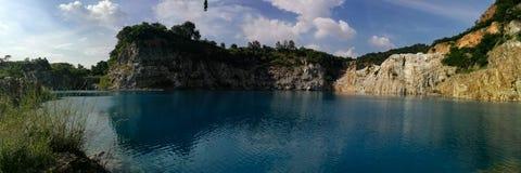 blå lakepanorama Arkivfoton
