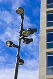 blå lamppost över skyen Arkivbilder