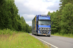 Blå lastbil för Volvo FH blommatransport på sommarvägen Royaltyfri Foto