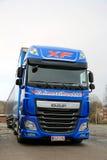 Blå lastbil och släp för euro 6 för DAF XF Arkivfoto