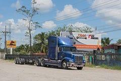 Blå lastbil på huvudväg 32 på Puerto Limon, Costa Rica Arkivbild