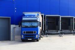 Blå lastbil på päfyllningsskeppsdockor Arkivfoto