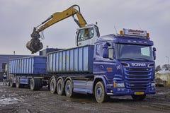 Blå lastbilsläp med behållare Arkivbild