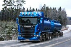Blå lastbilstransport för Skåne R580 behållarelastbil på den lantliga vinterhuvudvägen Arkivfoton