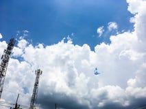 Blå ljus himmel för eftermiddag mycket av enorma vita fluffiga moln fotografering för bildbyråer