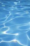 blå ljus klar fridsam pölsimningwaterin arkivfoto