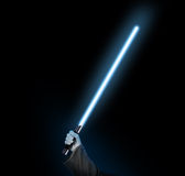 Blå ljus sabelholdng i hand på svart Arkivfoton