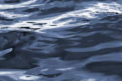 blå lugnt vatten Arkivbild
